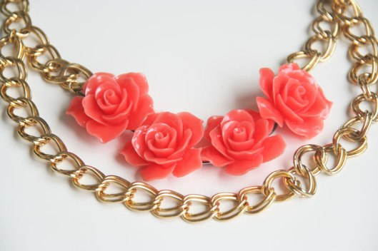 Collar de flores en color coral