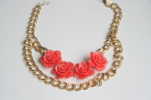 Collar de flores en color coral